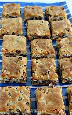 Square recipes - You could grab a couple of these Chewy Sultana Squares for breakfast if you were in a hurry thelinkssite com snacks easyrecipes desserts breakfast Breakfast Recipes, Dessert Recipes, Raw Desserts, Biscuit Recipe, Cookies Et Biscuits, Sweet Recipes, Baking Recipes, Food To Make, Food And Drink
