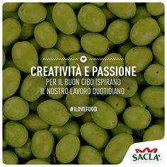 Le olive verdi vengono raccolte, ancora acerbe e messe a riposare in salamoia. Saclà cura direttamente tutte le fasi di lavorazione, dalla raccolta e selezione al confezionamento, per garantire al consumatore un prodotto di qualità.