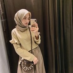 Pictures may contain: 1 person telephone and close Stylish Hijab, Casual Hijab Outfit, Ootd Hijab, Hijab Chic, Casual Outfits, Muslim Fashion, Hijab Fashion, Korean Fashion, Fashion Outfits