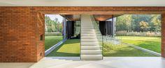 Strohé tvary a puristicky černobílá barevnost podlah, stěn i nábytku je doplněna pouze o subtilní nábytek z transparentního plastu.