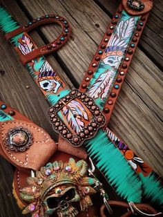 The Cowboy Junkie is the original creator of hand painted tack. You will find beautiful headstalls, breast collars, spur straps, dog collars and more. Barrel Saddle, Barrel Racing Horses, Barrel Horse, Horse Gear, My Horse, Horse Love, Motifs Aztèques, Tack Sets, Westerns
