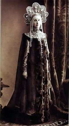 Maria Lopukhina at the costume ball in Winter Palace, Russia, -- might this have been the inspiration for one of amidala's costumes? Costume Russe, Mode Costume, Historical Costume, Historical Clothing, Style Russe, Costume Original, Costume Ethnique, Fancy Dress Ball, Folklore