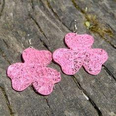 Boucles d'oreilles en paille trèfle rose Crochet Earrings, Christmas Ornaments, Holiday Decor, Rose, Jewelry, Ears, Boucle D'oreille, Locs, Bijoux