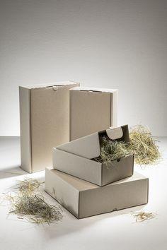 Durch die natürliche Optik mit den Graspigmenten ist der Faltkarton durch sein unverwechselbares Erscheinungsbild die ideale Verpackung für Ihre Produkte. Recycling, Gras, Place Cards, Decorative Boxes, Gift Wrapping, Place Card Holders, Home Decor, Paper, Packaging