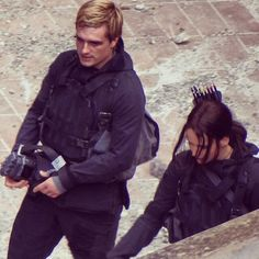 Jen and Josh on the set of Mockingjay. And he has handcuffs. Ahhhhh this just makes me want to pee myself!! I cant wait for Mockingjay!