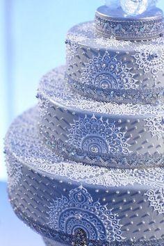 Bolo prateado com desenhos em henna branca - Silver Cake With White Henna - Cake By Creme Delicious - Photo By Anna Ross Via Martha Stewart Weddings - (indianweddingsite) Henna Tattoo Designs, Henna Tattoos, Mehndi Designs, Cake Designs, Beautiful Wedding Cakes, Gorgeous Cakes, Pretty Cakes, Amazing Cakes, Martha Stewart Weddings