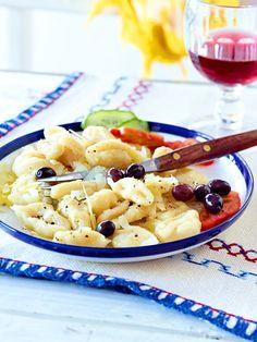 Griechische Boukies (Kleine Nudeln)   3 Tomaten 1⁄2 Salatgurke 500 g + etwas Mehl 1 Ei (Gr. M) 200–300 ml Milch Salz, Pfeffer 150 g Hartkäse aus Ziegenmilch (Stück) 4–6 EL Olivenöl 200 g schwarze Oliven (z.B. Kalamata)
