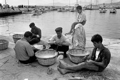 Mykonos 1967 - Repairing Fishnets by Costas Manos Most Famous Photographers, Great Photographers, Greece Pictures, Old Pictures, Mykonos Greece, Athens Greece, Magnum Photos, Costa, Greece Fashion