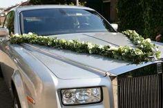 Bruidsslinger op auto. Autoversiering.