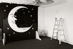 Moon set. Awesome photo booth idea!http://www.flickr.com/photos/benrains/5714909720/