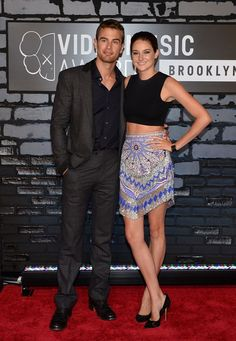 theo james and shailene woodley vmas   Shailene Woodley and Divergent at the VMAs Lainey Gossip Entertainment ...