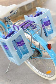 Kisten schleppen war gestern! Mit der innovativen Design-Fahrradhalterung für die Vöslauer 8x1l Splitkiste wird der Einkauf von Mineralwasser künftig zum unkomplizierten Shopping-Erlebnis.