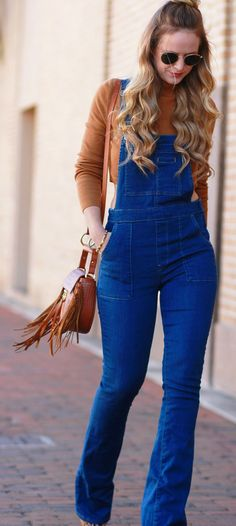 Overall Outfit Casual fall outfit styles with flared overalls, cognac cropped croptop, and fringe saddle bag Jumper Pants Outfit, Overalls Outfit, Denim Overalls, Women's Jeans, Dungarees, Winter Outfits Women, Casual Fall Outfits, Cute Outfits, Dress Casual