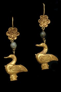 Greece | Pair of earrings with goose pendant; gold and green glass | 4th - 1st century BC