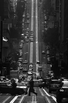 California Street, in San Francisco, by Joseph Dannels. Black and white photography Urban Photography, Street Photography, Scenic Photography, Long Shot Photography, Lines In Photography, Photography Ideas, 4k Wallpaper Android, Black And White Pictures, City Streets