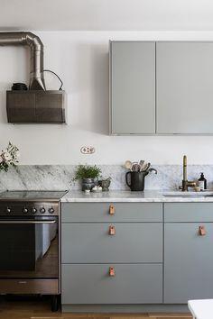 Bild: 3 rum bostadsrätt på Ture Wennerholms Torg 4, 2 trappor, Stockholms kommun Telefonplan Ikea Kitchen, Kitchen Decor, Kitchen Design, Kitchen Cabinets, Beautiful Kitchens, Beautiful Interiors, Cool Kitchens, Sweet Home, Minimal Home