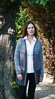 Varme lange trøjer som denne kan man jo slet ikke få for mange af. Denne er strikket i brede felter med flot, diskret farvespil.