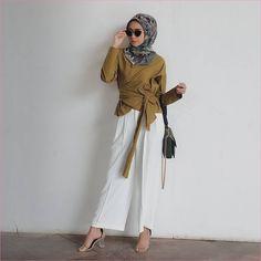 Outfit Baju Top  Blouse Untuk Hijabers Ala Selebgram 2018 blouse pita kuning pemda segiempat hijab square bermotif abu tua kacamata hitam slingbags pallazo celana cullotes putih polos wedges high heels krem ootd trendy Modest Fashion Hijab, Stylish Hijab, Stylish Work Outfits, Casual Hijab Outfit, Hijab Chic, Muslim Fashion, Fashion Outfits, Fasion, Hijab Style Tutorial