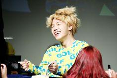 His hair is alive Bts Memes, Kpop, Bts Jimin, South Korean Boy Band, Korean Singer, Boy Bands, Parka, Taehyung, Handsome