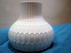 Op Art 1960s Vase – white porcelain – Fürstenberg 1436/11– Geometric Relief – German Mid Century Modernist Home Décor – Fuerstenberg von everglaze auf Etsy