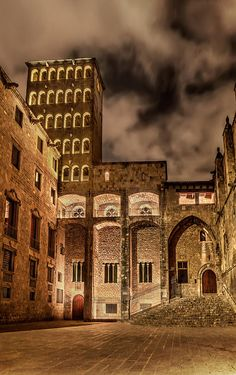 Gothic Square In Barcelona. This is the King's square, considered the highest building of the 15th century...