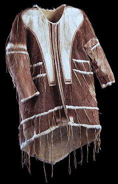 Inuit dance clothing - Man's hoodless dance coat Copper Inuit (Kilusiktormiut), Coronation Gulf, Northwest Territories, 1914-1916 Caribou skin, sealskin, sinew. Inuit Clothing, Tribal Clothing, Skins Clothing, Canadian Clothing, Inuit People, Native American Beading, Textiles, Culture, Fashion Fabric
