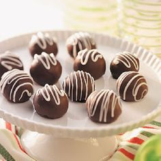 Lemon Cream Bonbons Lemon Cream Bonbons - note: use good quality chocolate, not the imitation candy melts. It will really improve the taste. Holiday Treats, Holiday Recipes, Chocolate Candy Recipes, Chocolate Candies, Fudge Recipes, Chocolate Truffles, Chocolate Ganache, Nutella, Candy Making