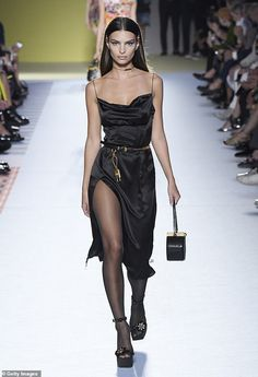 Emily Ratajkowski oozes glamour at Versace MFW show Emily Ratajkowski looked sensational as she took to the runway at the star-studded Versace show during Milan Fashion Week on Friday. Haute Couture Style, Couture Mode, Couture Fashion, Runway Fashion, Fashion Show, Fashion Outfits, Milan Fashion, High Fashion Models, Versace Fashion