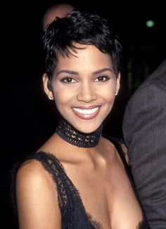 Picture of Halle Berry Halle Berry Pixie, Halle Berry Sexy, Estilo Halle Berry, Halle Berry Haircut, Halle Berry Short Hair, Halle Berry Hairstyles, Halle Berry Style, Cute Hairstyles For Short Hair, Short Curly Hair