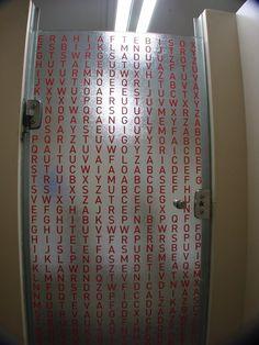Caça palavras (2006 e 2010)  Belo Horizonte, MG e São Paulo, SP Caça palavras instalados em portas e espelhos de banheiros.