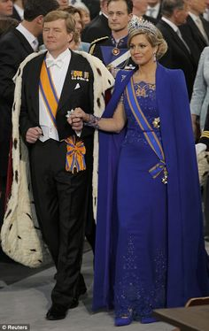 Koning Willem-Alexander en Koningin Máxima (Foto Quelle: Reuters) De koningsblauwe jurk is ontworpen door Dutch Fashion en Haute Couture Designer Jan Taminiau Hollywood Fashion, Royal Fashion, Estilo Real, Style Hollywoodien, Queen Of Netherlands, Royal Dutch, Style Royal, Dutch Royalty, Queen Dress