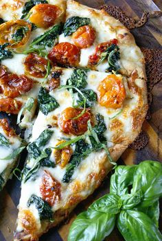 Garlic Roasted Tomato Flatbread - Flatbread makes a fantastic appetizer or light meal. Topped with sweet roasted cherry tomatoes, and spinach will make you keep wanting one more bite. Spinach Flatbread Recipes, Flatbread Ideas, Grilled Flatbread Pizza, Flatbread Appetizers, Ricotta Pizza, Cucumber Appetizers, Grilled Pizza Recipes, White Pizza Recipes, Spinach Recipes