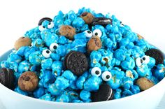 Yummy and adorable Cookie Monster Popcorn - sweet and salty popcorn mixed with mini cookies and googly monster eyes. It is both fun and delicious, a great combination! A fun anytime snack that would also be a great Party food at a Cookie Monster Birthday Popcorn Mix, Gourmet Popcorn, Popcorn Snacks, Snacks Für Party, Party Recipes, Candy Popcorn, Flavored Popcorn, Monster Birthday Parties, Elmo Birthday