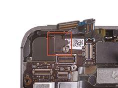 10. Hvis det sidder monteret, skal du fjerne det sorte stykke tape, som dækker over en skrue ved tænd-knappen.