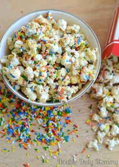 Funfetti Birthday Cake Popcorn Recipe via Double Duty Mommy Popcorn Recipes Birthday Cake Popcorn, Birthday Desserts, Köstliche Desserts, Delicious Desserts, Yummy Food, Birthday Cakes, Popcorn Snacks, Popcorn Recipes, Snack Recipes