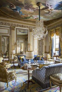 Paredes espejadas   Boiserie dorada   Cortinado a juego con la tapicería   Techo con escenas pintadas de influencia italiana   Araña de cristal y bronce con caireles