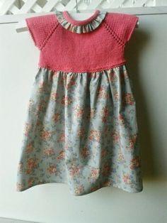 Vestido con peto tejido y falda de tela, con olan en el cuello de la misma tela Kids And Parenting, Crochet Fabric, Knit Crochet, Knitting For Kids, Baby Knitting, Toddler Dress, Baby Dress, Diy Vestidos, Baby Fabric