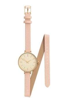 Digitaal horloge: Een metalen horloge met een smal, verstelbaar bandje van imitatieleer dat je rond de pols wikkelt. Breedte polsbandje ca. 1 cm.