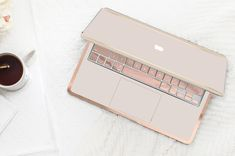 Marshmallow and Cream Duo Tone . Distinctive Macbook Hard Case and Thin Rose Gold Accents . Custom Monogram by Cliqueshops on Etsy Apple Watch, Airpods Apple, Apple Pin, Macbook Pro 13 Case, Macbook Air Cover, Duo Tone, Accessoires Iphone, Apple Products, Laptop Stand