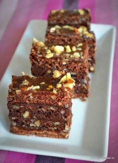 Sumegi cake, Food And Drinks, Sumegi cake. Raw Chocolate, Chocolate Recipes, Dessert Drinks, Dessert Bars, Lucky Cake, Romanian Desserts, Butter Pecan Cake, Cake Recipes, Dessert Recipes