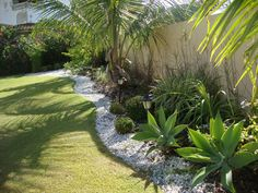 These landscaping ideas can add interest to your lawn and boost your curb appeal. Use these tips to create a timeless landscape. Tropical Garden Design, Tropical Backyard, Garden Landscape Design, Front Yard Landscaping, Landscaping Ideas, Dream Garden, Beautiful Gardens, Outdoor Gardens, Garden Modern