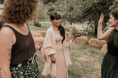 Un mariage simple et champêtre en Normandie - Photos : Typhaine J Photographie - Blog mariage : La mariée aux pieds nus Marie, Dresses, Photos, Fashion, Purple Wedding, Winter Weddings, Simple Weddings, Vestidos, Moda