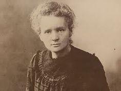 Maria Salomea Skłodowska-Curie, conocida habitualmente como Marie Curie, fue una química y física polaca, nacionalizada francesa. Pionera en el campo de la radiactividad, fue, entre otros méritos, la primera persona en recibir dos Premios Nobel en distintas especialidades, Física y Química, y la primera mujer en ser profesora en la Universidad de París. Nació el 7 de noviembre de 1867 en Varsovia y falleció el 4 de julio de 1934 a los 66 años.
