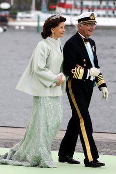 El rey Carlos Gustavo de Suecia, con traje de almirante de la marina de 1878, y la reina Silvia, con vestido color jade en organza de seda con encajes y piedras de Swarovski.
