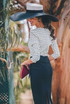 El bolso perfecto para la invitada de invierno perfecta The perfect bag for the perfect winter guest Turbans, Pageant Dresses, Fashion Story, Elegant Outfit, Girl With Hat, Mode Style, Classy Outfits, Hats For Women, Dress To Impress