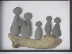 Cet arbre de famille créatif est fait avec la plage de galets et bois flotté. Les 5 personnes composent la famille.  Le cadre noir vitré est de 8 par 10 pouces (20 à 25 cm). L'intérieur cadre est de 5 par 7 pouces (12 à 17 cm). Le cadre (pas en bois) peut être accroché au mur ou mettre en place comme un support photo.  Les galets et bois flotté a été trouvé sur les plages de l'Ontario, Canada.  S'il vous plaît me contacter si vous souhaitez que l'un fait pour vous avec des personnes plus ou…