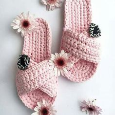 Crochet Diy, Knitted Slippers, Crochet Slippers, Crochet Crafts, Crochet Projects, Crochet Slipper Pattern, Crochet Basket Pattern, Crochet Patterns, Diy Bralette