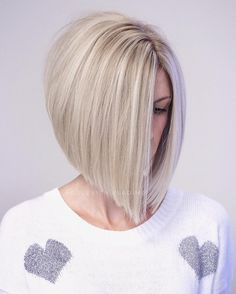 2019 was the year of the lob , a long bob which is in fact a bob with shoulders. This haircut was very popular because it is easy to style and fits most women, regardless of their appearance and the texture of their hair. Half Updo Hairstyles, Bob Hairstyles For Fine Hair, Short Hair Updo, Pretty Hairstyles, Bun Hairstyle, Short Hair Styles Easy, Medium Hair Styles, Wavy Bob Long, Long Bobs