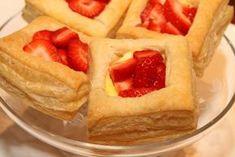 Butterdeig med vaniljekrem og jordbær er fantastisk godt. Disseherlige fristelsene er superenkle å lage. Det eneste du trenger er butterdeig, vaniljekrem og ferske jordbær. Det er ennydelig og enkel dessert,som er perfekt når du har gjester eller når du har lyst på noe godt. Butterdeig med vaniljekrem og jordbær:10 stk 1 pk butterdeig (5 butterdeigplater) …