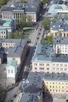 Saatto seisahtui hetkeksi Suomen pankin edustalla.
